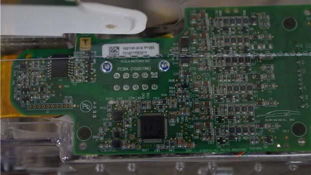 特斯拉的电池主控模块,从pcb板上印刷的logo来看,这块电路板